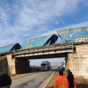 Fifteen cars of a freight train derailed in Olt County. Railway traffic is stopped